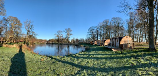 The main site of these beautifully crafted pods sits around a small lake which on a frosty morning in January 2019 lay frozen.