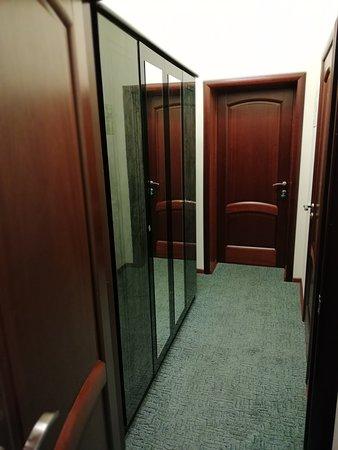 Prokhorovka, Rosja: узкий коридор и шкаф без ручек