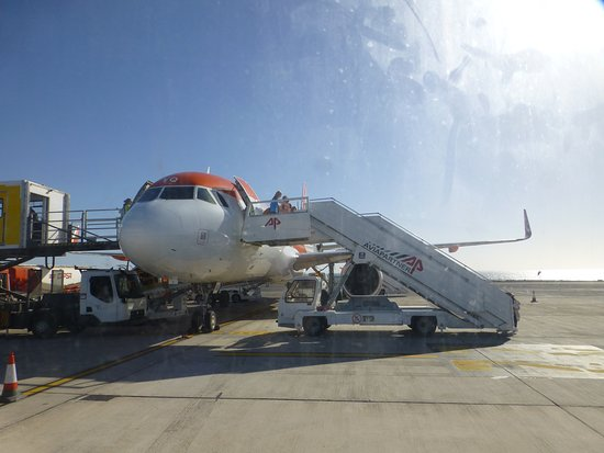 easyJet : our plane on the Lanzarotian tarmac