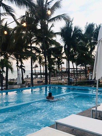 piscina con vista a la playa