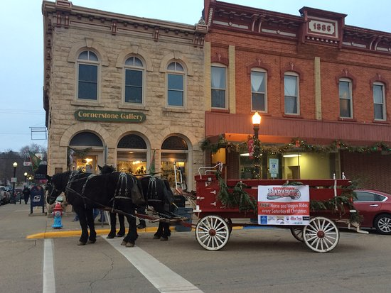 Baraboo, WI: Holiday Horse and Carriage rides in front of the Gallery