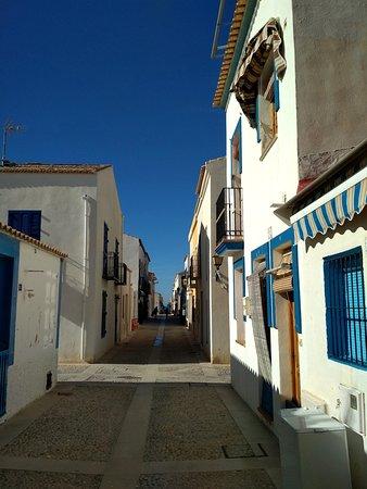 Исла-де-Табарка, Испания: Blanco sobre azul en la isla de Tabarca. Tranquilidad y esencia mediterránea a un paso de Alicante.