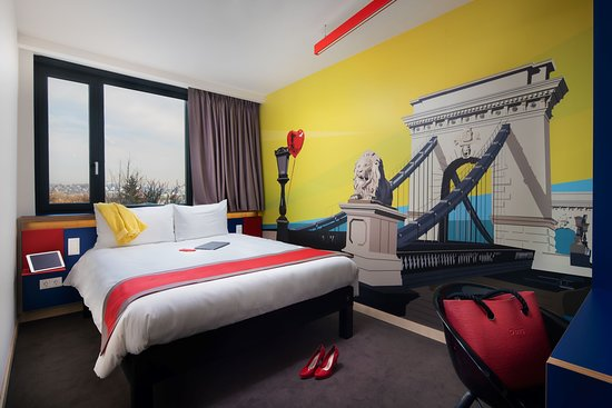 Budapest Chainbridge in pop art design and vivid colors Ibis Sweet Bed Be the main actor of the room