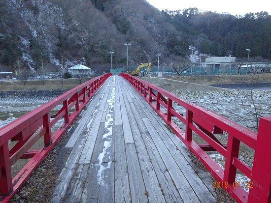 Hirugami Onsenkyo: 赤い綺麗な橋が有ります