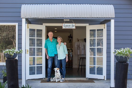 Lovedale, Austrálie: Owner/winemakers Meredith and Michael and wine dog, Kimba at the cellar door
