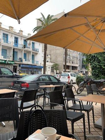 Golf royal tunis  Belle hôtel 03 étoiles au cœur du centre ville  Accès rapide aux transports  Un bon ratio (Qualité /Prix)