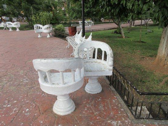 Les bancs de la place de Valladolid.