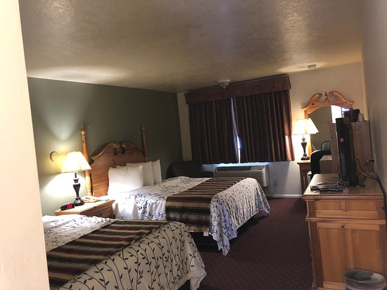 Three Bear Lodge : Motel room. Very large with great Beds.