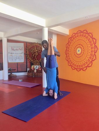 Hatha yoga morning class at Yogadarshan: With Alice, my amazing 86-year old student who loves practicing sirsana 🙏🏽. January 2019. Copyright: Yogadarshan