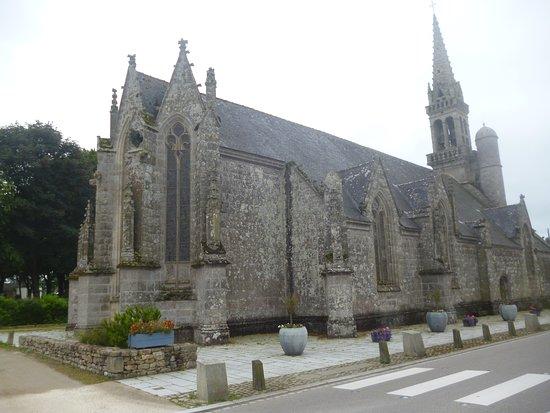 Confort-Meilars, Frankrike: il prospetto laterale della piccola chiesa