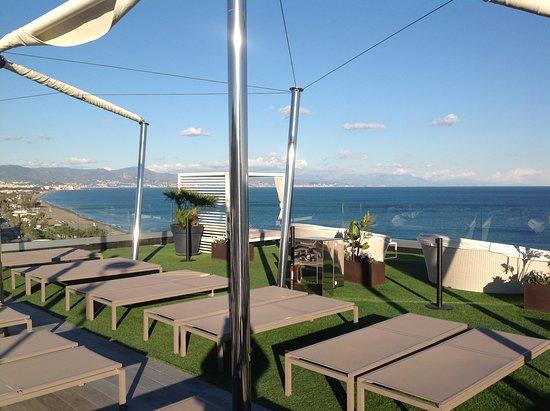 Melia Costa del Sol: Piscina al 10 piano con vista mare con bar