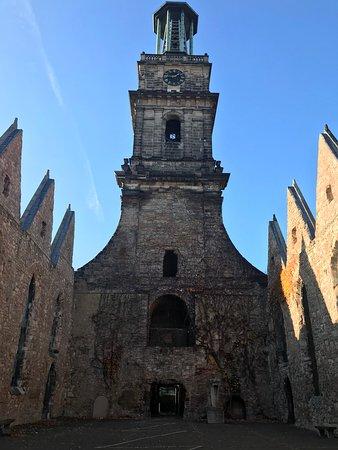 Aegidienkirche: A igreja foi bombardeada na Segunda Guerra e deixada em mesmo estado até os dias de hoje. No local não tem muitas informações, ele fala por si só. Tive a impressão que estava meio abandonado, porém, vale a pena passar alguns minutos observando e refletindo la dentro.