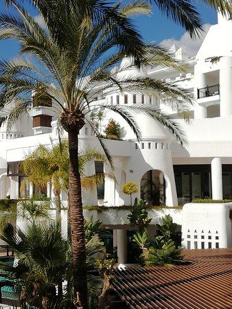 H10 Estepona Palace: Achterzicht op hotel 4