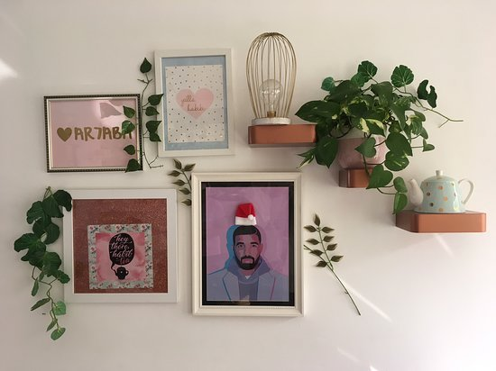 Tania's Teahouse : Wall decor