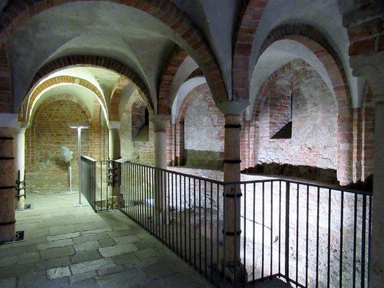 L'interno con la cisterna