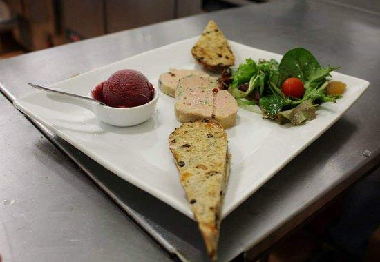 Le Dahu : Foie gras mi-cuit, poché aux épices et son pain aux fruits.