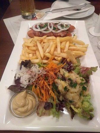 Gasthaus Postl: Salsicha de Viena, fritas e uma salada de bata local.