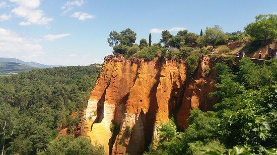 Roussillon, France: vista sulle rocce dalla terrazza panoramica
