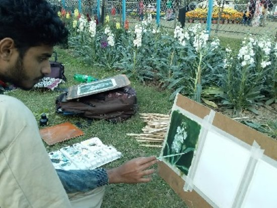 Kalküta, Hindistan: A student painting sitting of lawn of Rabindra Bharati University, Kolkata, India. In my opinion he has chosen  the right place where the brain becomes creative.