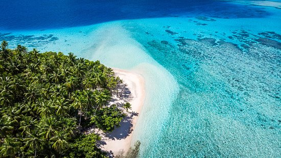 Îles Marshall: Walk or take a golf cart to our white sand beach, inside the atoll so the water is calm and very warm