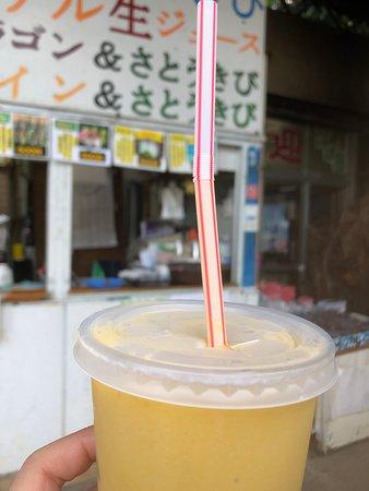 マンゴーとサトウキビの冷たいジュース。500円。美味しいです。