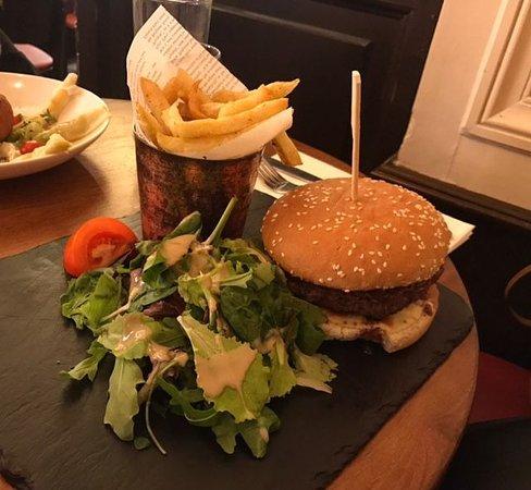 Au Canon de la Nation, on vous propose 4 burgers différents à partir de 14,90€ et du fait maison bien sûr !!