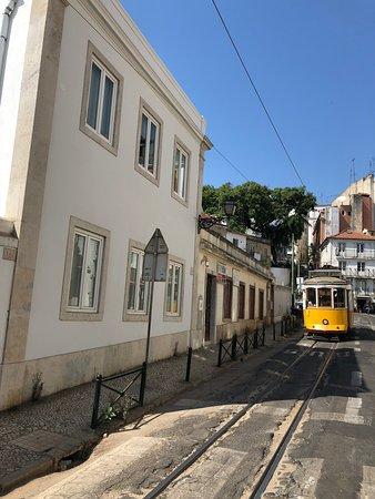 Lizbon, Portekiz: Croisée entre deux Tram 28