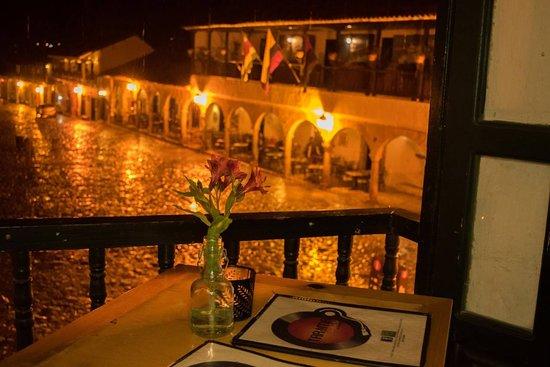 Vista nocturna de nuestros balcones es una noche lluviosa