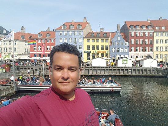 Copenhagen, Denmark: Nyhan é um lugar incrível em Copenhague/ Dinamarca. Esta muito bem preservado os sobrados do antigo porto que deu origem a cidade. Hoje revitalizado tem muitos bares e restaurantes onde é parada obrigatória para quem visita copenhague. Super recomendo.