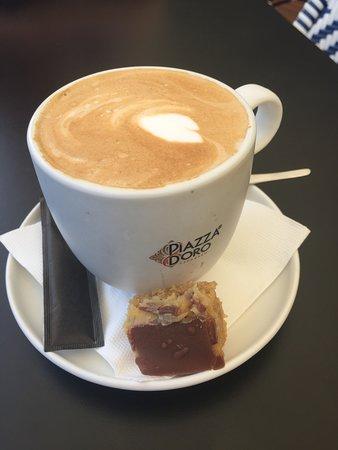 Speers Point, ออสเตรเลีย: bonus! a free slice of caramel slice on the side of my coffee