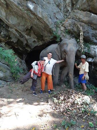 devant les grottes ;;