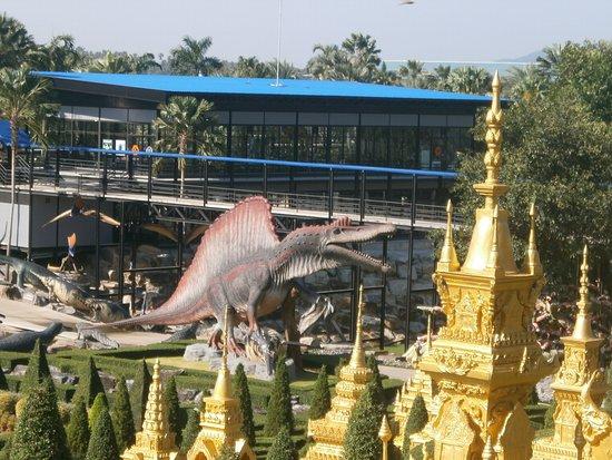 Pattaya, Thaiföld: В парке очень много фигурок животных, динозавров, есть кафе с магазинами.