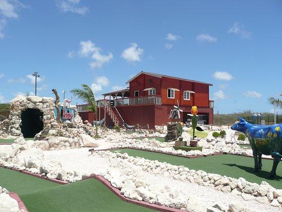 Flamingo Adventure Golf: Adventure park vanaf de straat Kaminda lac