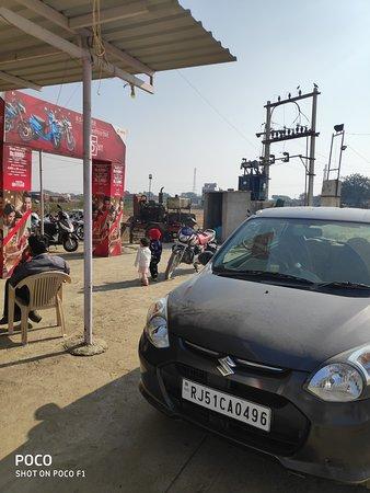 Hotel Rajhans: Easy access on main highway