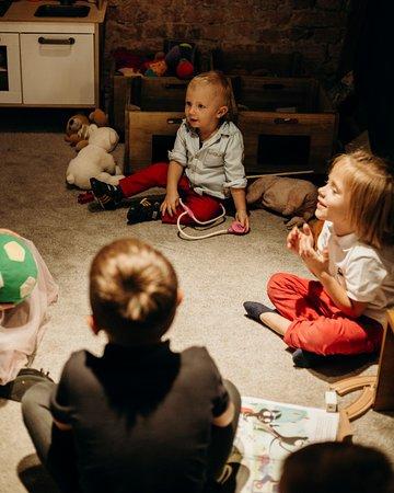 W naszej restauracji najlepiej czują się dzieci. Na piętrze lokalu dla najmłodszych przygotowaliśmy przestronny kącik zabaw.