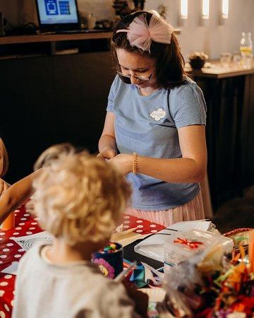 W każdą niedzielę naszymi najmłodszymi Gośćmi opiekuje się animatorka. Zajęcia plastyczne i zabawy w kąciku zabaw :)