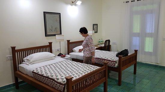 chambre à coucher assez vaste avec salle de bains attenante ...