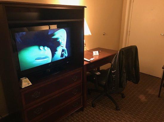 Franklin, LA: desk area and TV