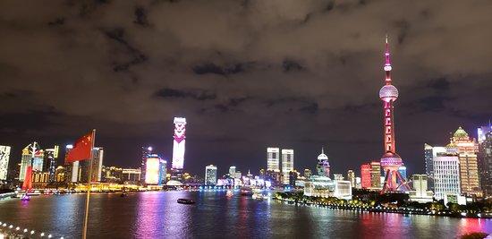 شنغهاي, الصين: Night view from The Bund. 
