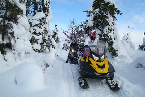 Snowmobile tour to Shunut Mountain