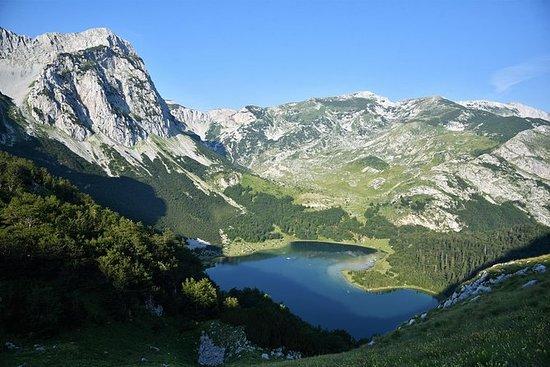 征服Maglic山上波斯尼亚和黑塞哥维那的最高峰