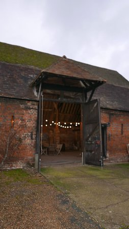 Chartham, UK: Lovely family run vineyard. The farm buildings are heritage listed which makes for a charming tasting experience. Staff are friendly and knowledgeable. Definitely worth a visit to try some English wine and sparkling.