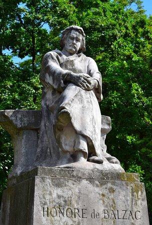 Памятник Оноре де Бальзаку