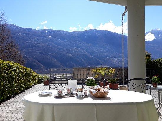 Bianzone, Italy: Colazione servita sul terrazzo vista montagne Orobie