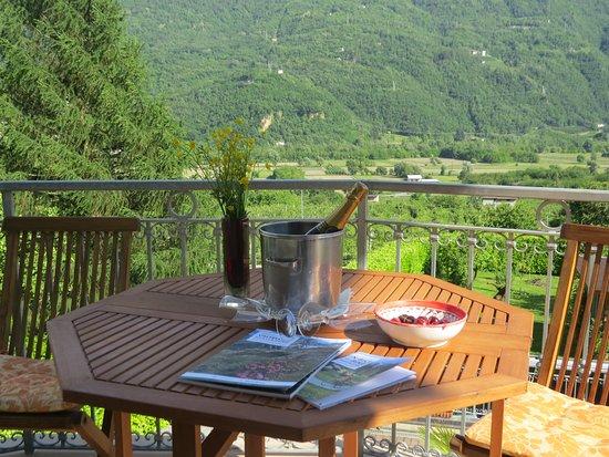 Bianzone, Italy: Grande balcone camera Gialla vista montagne Orobie