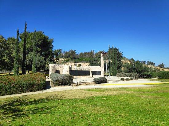 Kiryat Ekron, Izrael: ביציאה לכיוון גדרה אנדרטת הצנחנים וגבעת מרר