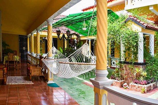 Gibara, Küba: Patio and garden of the resort