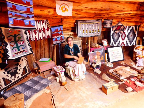 nos enseñaron una cabaña tradicional con sus manualidades y forma de vida