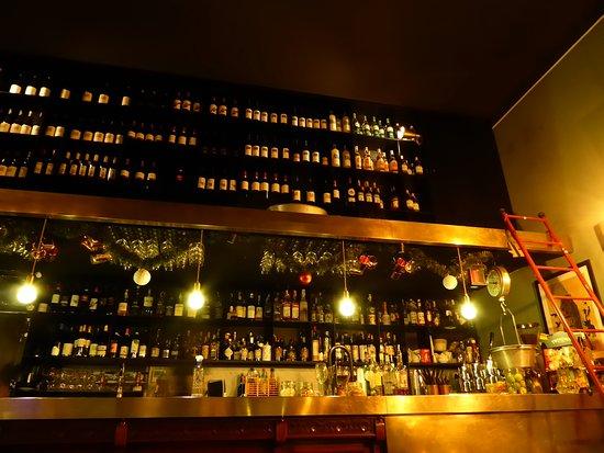 Ba-Bar : étagères de bouteilles jusqu'au plafond