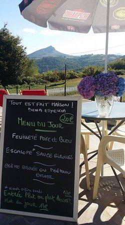 Un menu composé de produits locaux servis sur une terrasse magnifique